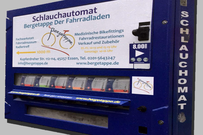 Schlauchautomat an der Eisenbahnbrücke